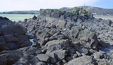 Close-up of the Black Rocks, with the Binn in the background